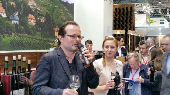 Janek Schumann in seinem Element am Sachsen-Weinstand auf der ProWein 2016.