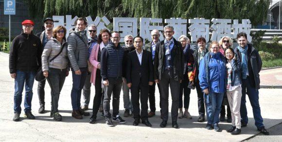 FuW-China-Reise 1. Gruppenbild der FuWies vor dem Weingut Changyu