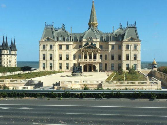Barocke Gebäudenachbildungen nach europäischem Vorbild am Wegesrand