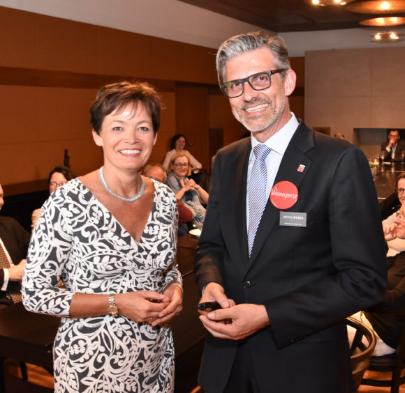 Hessischen Landesvertretung Berlin im Kaminzimmer mit FuW-Vorsitzendem Michael Kugel und der Hessischen Staatsministerin Lucia Puttrich