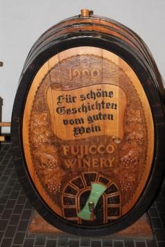 Deutsches ist populär. Holzfass im Eingangsbereich der Fujicco Winery. Das Weingut liegt in der Stadt Shimoiwazaki, auf der hügeligen Südost-Seite des Kofu-Beckens.