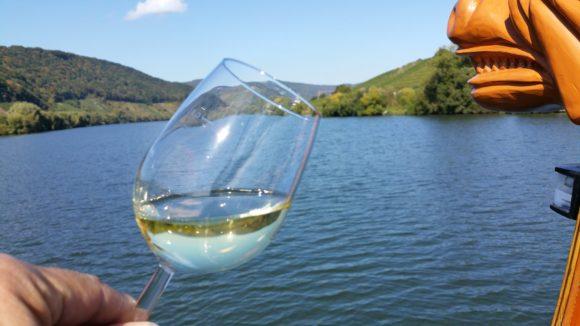 Weinglas auf der Mosel